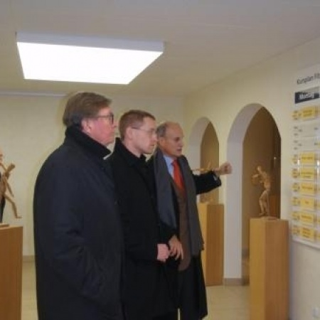v.l.: Dr. Carl Hermann Schleifer, Daniel Günther, Dr. Peter Dürolf im Fitnessbereich der Damp Holding AG